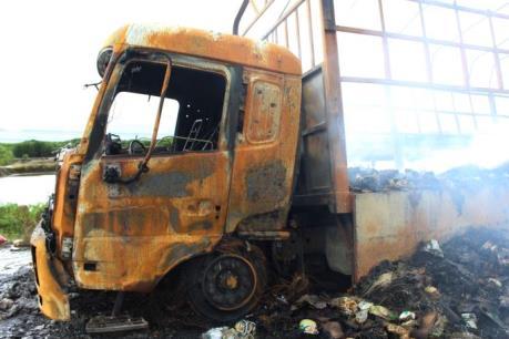 Xe tải chở hơn 2.000 thùng mì tôm bốc cháy dữ dội trên Quốc lộ 1