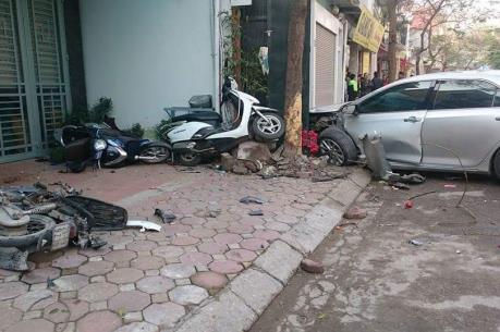 Hà Nội: Xe ô tô mất lái gây tai nạn làm 3 người tử vong