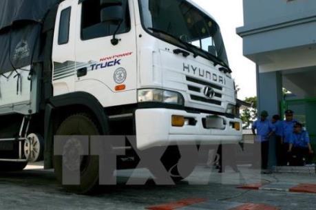 """Cưỡng chế xe tải """"nằm ăn vạ"""" tại Trạm cân Bình Định"""