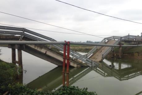 Trục vớt thành công chiếc sà lan bị chìm sau khi đâm sập cầu dân sinh ở Hà Tĩnh
