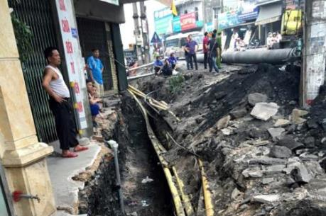 Thi công đường ống nước gây nguy hiểm đến nhà dân