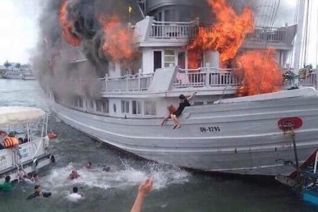 Tin mới nhất vụ cháy tàu du lịch tại Quảng Ninh
