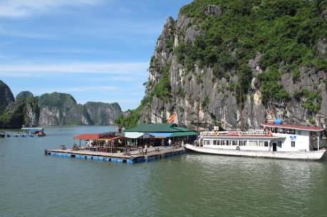 Các nhà bè kinh doanh ăn uống trên vịnh Hạ Long phải dừng hoạt động trước 20/5