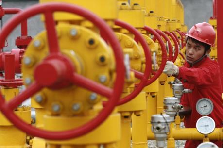 Giá dầu thế giới giảm nhẹ trước khi OPEC nhóm họp