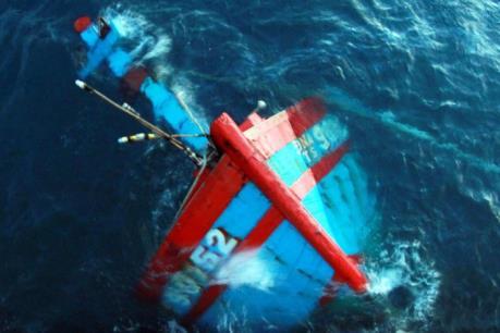 Nguyên nhân tàu cá vỏ gỗ nhất lớn miền Trung bị nạn khiến 2 người mất tích