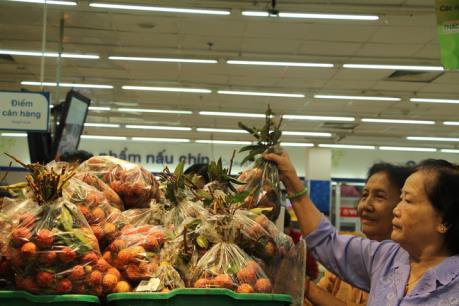 Coop Mart hỗ trợ tiêu thụ vải cho nông dân