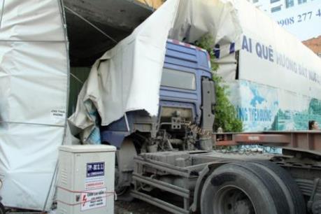 Thành phố Hồ Chí Minh: Xe container mất lái đâm sập nhà dân