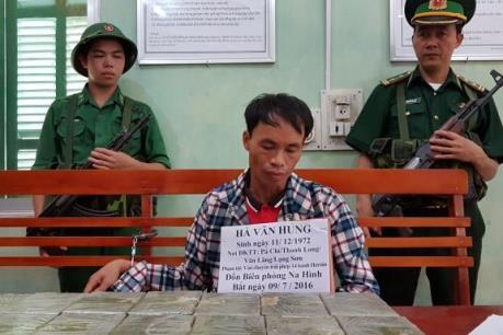 Lạng Sơn bắt giữ một đối tượng vận chuyển 14 bánh heroin