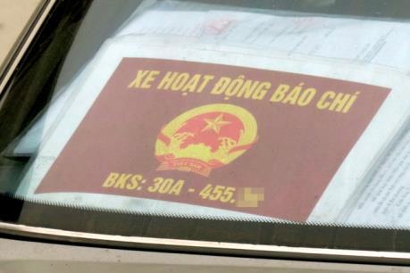 Xử lý nghiêm xe ô tô đeo phù hiệu Bộ Công an và các cơ quan Nhà nước không hợp lệ