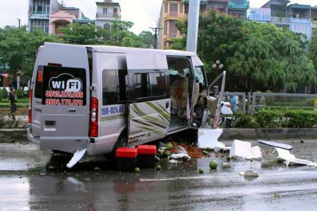 Quảng Ninh: Xe khách đâm vào dải phân cách khiến 8 người bị thương