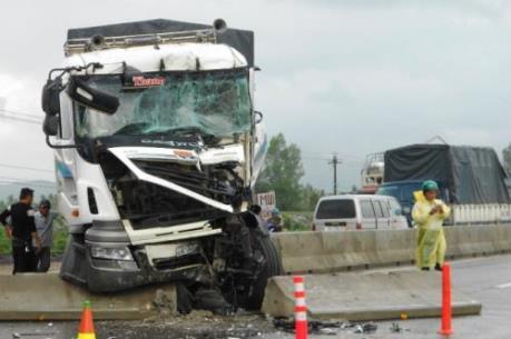 Tai nạn bất ngờ trên Quốc lộ 1A gây tắc đường nhiều giờ