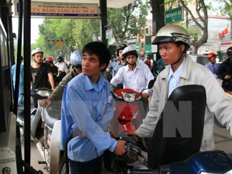 Giá xăng giảm gần 700 đồng/lít, giữ nguyên giá dầu