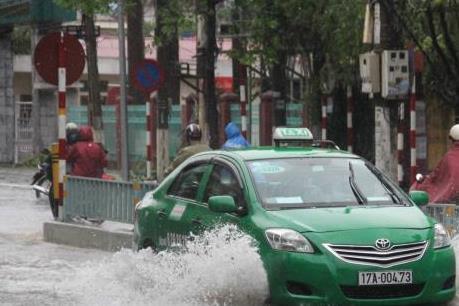 Ảnh hưởng của bão số 1: Khách gặp khó khi gọi taxi