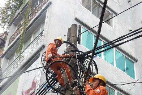 Ảnh hưởng bão số 1: Còn hơn 4.700 trạm biến áp ở 7 tỉnh, thành phố mất điện