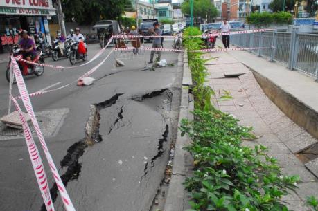 """Nhà thầu Trung Quốc chịu trách nhiệm sửa chữa """"hố tử thần"""" ở Tp. Hồ Chí Minh"""