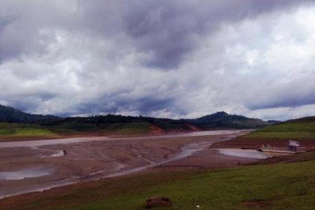 Thủy điện xả nước cạn kiệt, người dân cơ cực lội bùn qua rẫy