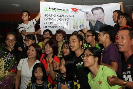 Hàng trăm người hâm mộ chào đón xạ thủ Hoàng Xuân Vinh