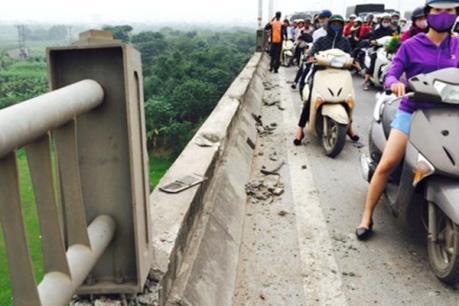 Ô tô tải đâm văng lan can đường dẫn cầu Đông Hà, Quảng Trị