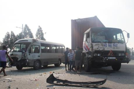 Bình Dương: Xe container đâm làm hư hỏng nặng xe chở công nhân