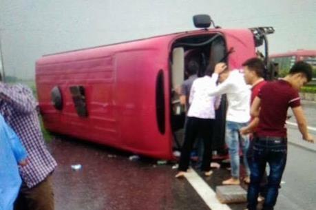 Lật xe khách trên cao tốc Pháp Vân – Cầu Giẽ, 11 người thương vong