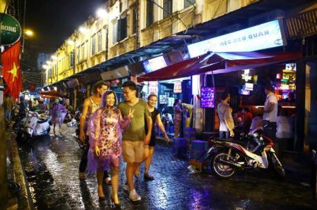 """Nới giờ """"giới nghiêm"""": Du khách có thêm trải nghiệm phố đi bộ về đêm"""