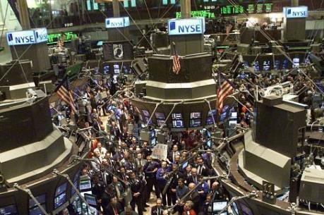 Thị trường chứng khoán Âu-Mỹ đi ngược chiều nhau