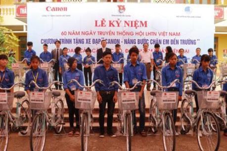 Canon tiếp tục tặng xe đạp cho học sinh hai tỉnh Bắc Ninh và Bắc Giang