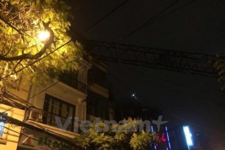 Cần cẩu bất ngờ đổ sập vào nhà dân trên phố Thụy Khuê, Hà Nội