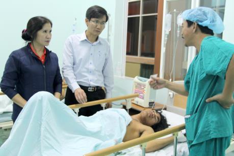 Thăm hỏi, hỗ trợ những người bị thương trong vụ nổ súng tranh chấp đất rừng ở Đắk Nông