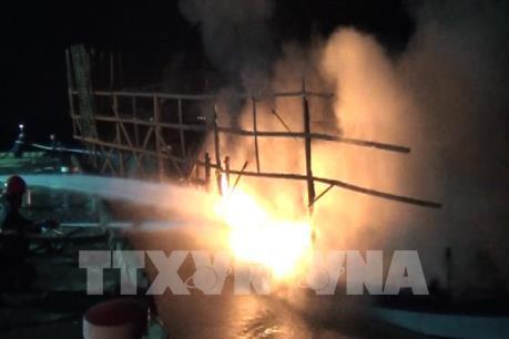 Quảng Nam: Hỏa hoạn thiêu rụi tàu câu mực công suất lớn