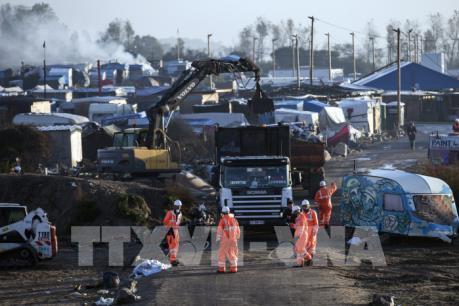"""Vấn đề người di cư: Hàng nghìn người đổ về Paris sau khi lán trại tại Calais bị """"xóa sổ"""""""