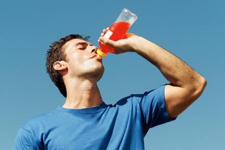 Bệnh nhân có tiền sử bệnh gan nên tránh uống quá nhiều nước tăng lực