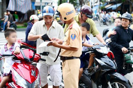 Các mức phạt người đi xe máy không sang tên đổi chủ