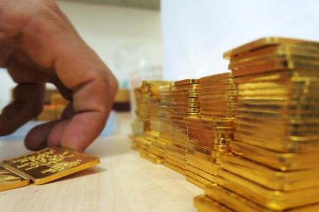 Giá vàng giảm nhẹ trong khi đồng USD vững giá