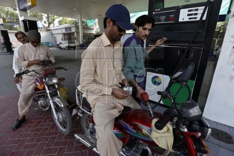 Giá dầu nới rộng đà giảm trên thị trường châu Á