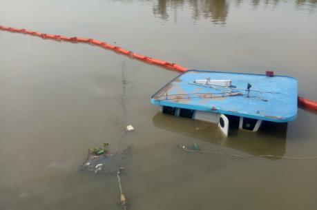 Sà lan chở thép chìm, dầu tràn trên sông Đồng Nai