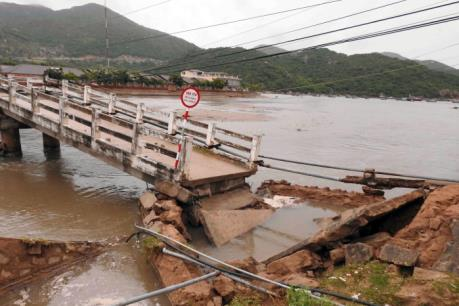 Ninh Thuận: Mưa lũ đổ về làm sập bờ Nam cầu Vĩnh Hy
