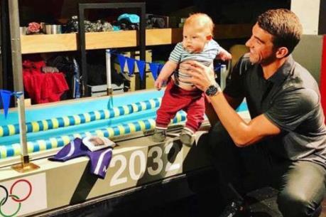 Mới 6 tháng tuổi, con trai Michael Phelps đã bắt đầu học bơi