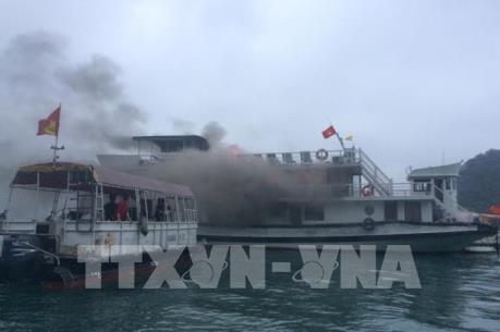 Đình chỉ hoạt động đội tàu Ánh Dương để xảy ra cháy trên vịnh Hạ Long