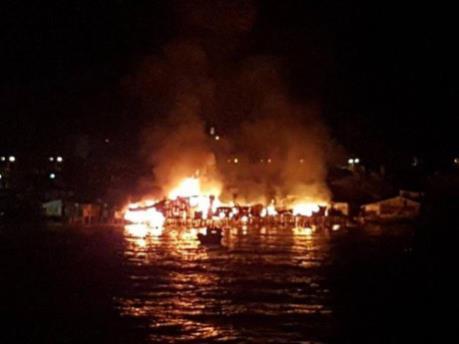Cháy kinh hoành, nhiều căn nhà ở ven cửa sông Cái, Khánh Hoà bị thiêu rụi