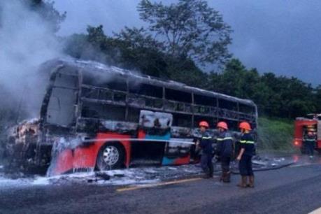 Xe khách bất ngờ bốc cháy trên đường Hồ Chí Minh, đoạn qua Quảng Nam