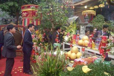 Hàng nghìn du khách tham gia lễ hội Đền Nưa, Am Tiên 2017