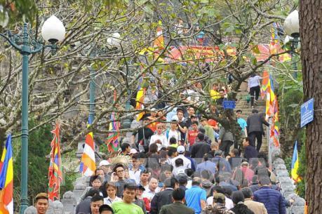 Nườm nượp du khách hành hương về khai hội Xuân Yên Tử 2017