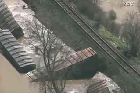 Trật đường ray, 22 toa tàu hỏa rơi xuống vùng nước lũ