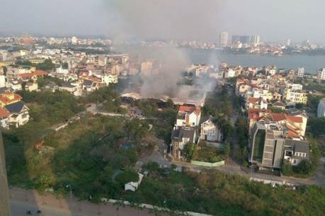 Cháy lớn tại khu đất bỏ hoang gần Tây Hồ