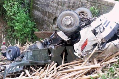 Cách thoát hiểm ít ai biết khi ô tô bị lật úp