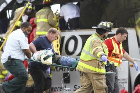 Mỹ: Tàu hỏa lao vào xe buýt làm 40 người thương vong