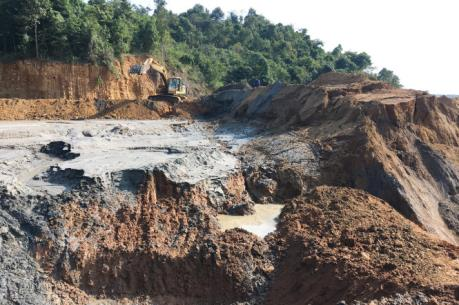 Xử lý vụ vỡ đập bùn thải