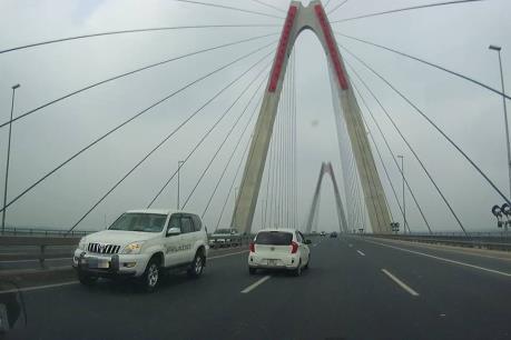 Xử phạt lái xe biển xanh của Bộ Y tế đi ngược chiều trên cầu Nhật Tân