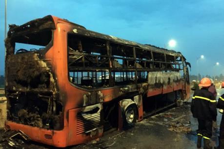 Xe khách bất ngờ bốc cháy, Quốc lộ 1A đoạn qua Nghệ An ách tắc